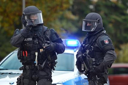 Polizei mit Helmen